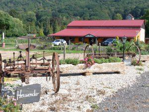 Hofladen mit alten Landwirtschaftsgeräten